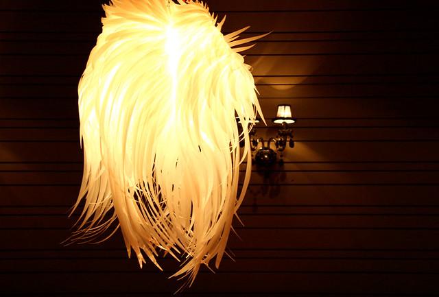 Abat jour en plumes de perroquet pour la salle manger de - Abat jour salle a manger ...
