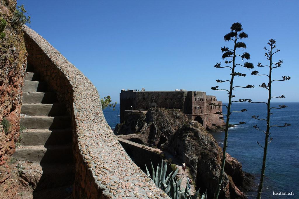 Les marches de l'escalier qui mènent au fort