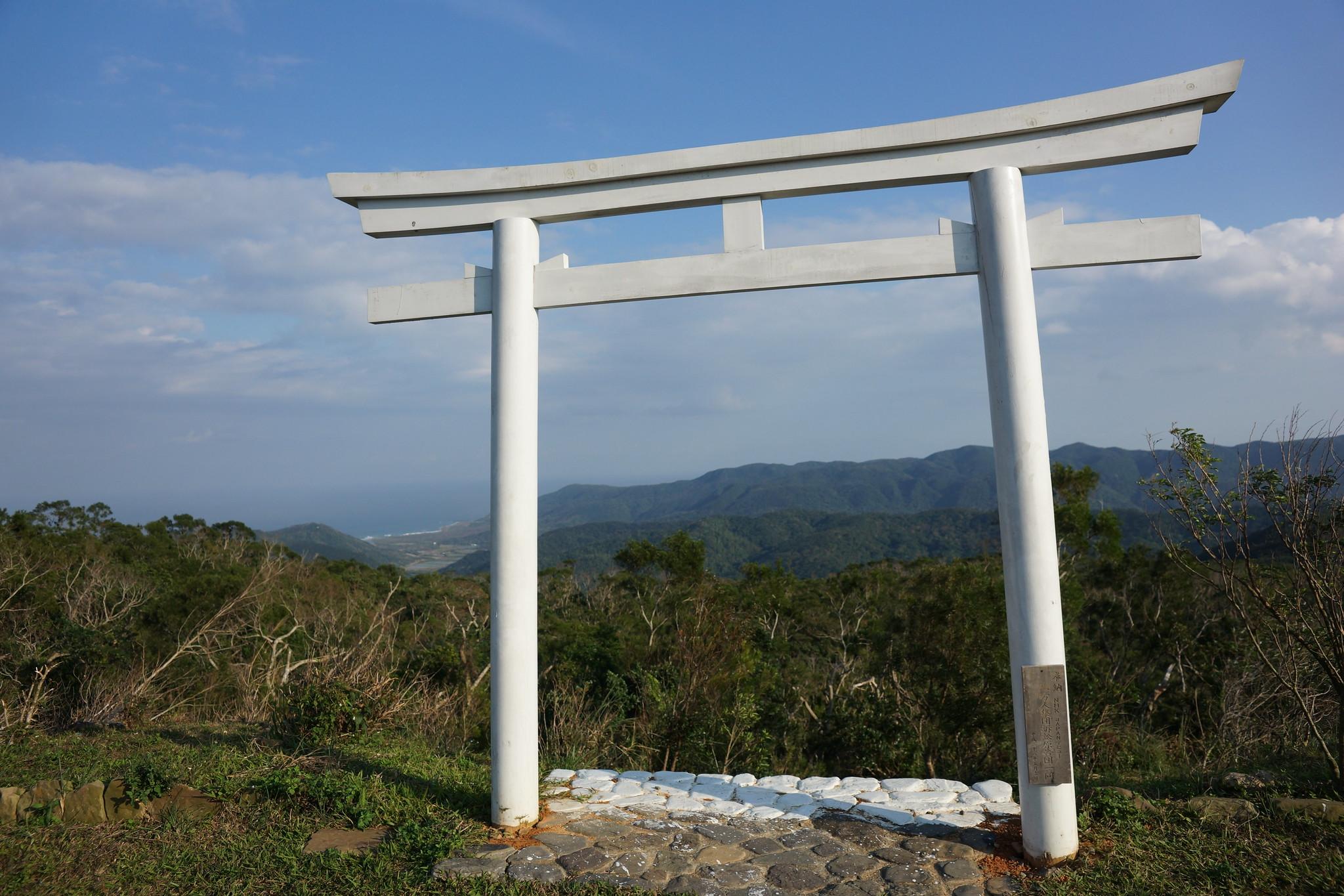高士神社重建後豎立的白色鳥居。(攝影:王顥中)