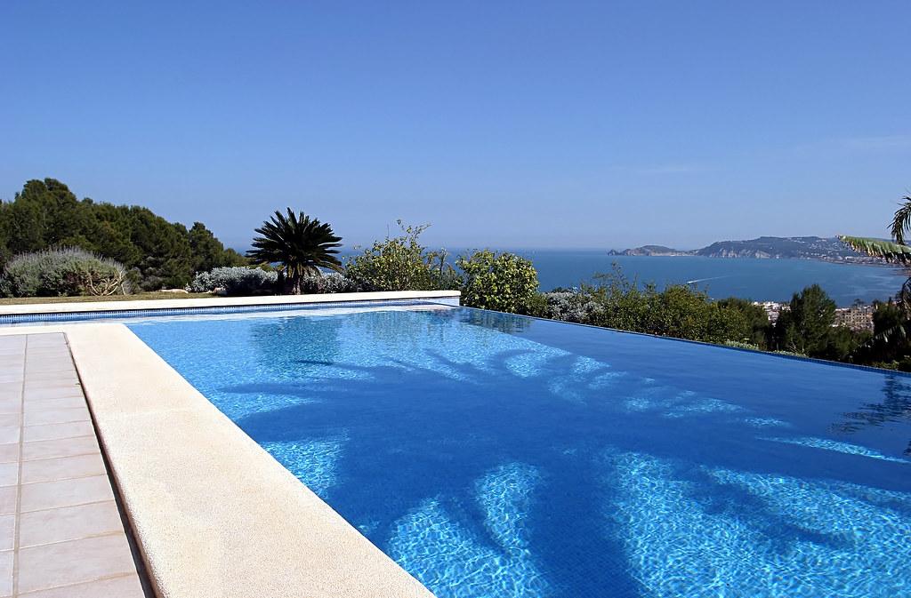 Beautiful blue fresh infinity swimming pool in a villa in ...