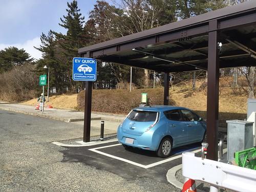 東北道 前沢SA(下り)で急速充電中の日産リーフ