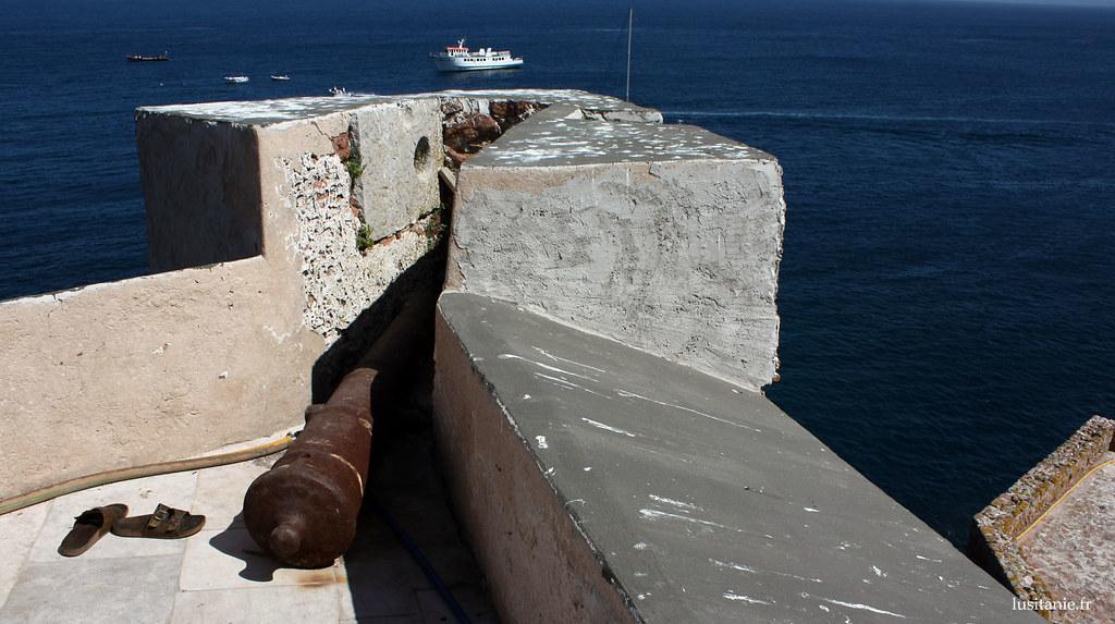 Un ancien canon, toujours au poste, face à la mer