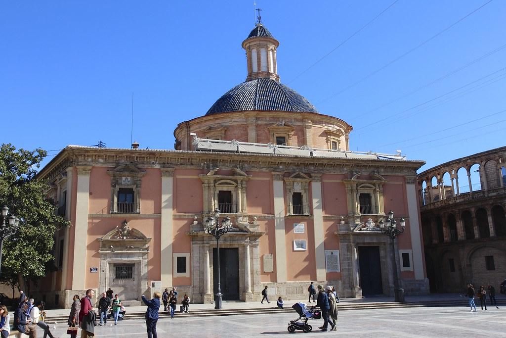 Plaza de la Virgen -aukiolla seisoo kaksi upeaa rakennusta: Valencian katedraali ja Basilica de Virgen de Los Desamparados -kirkko.