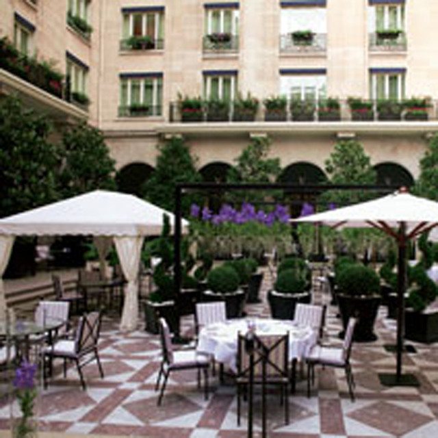 Four seasons george v paris garden i love this hotel for Hotel george v jardins
