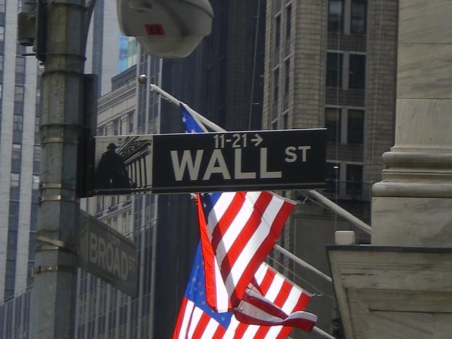 世界同時株安などの影響で富豪資産が大きく目減り。ニューヨークのウォールストリート(dflorian1980/Flickr)