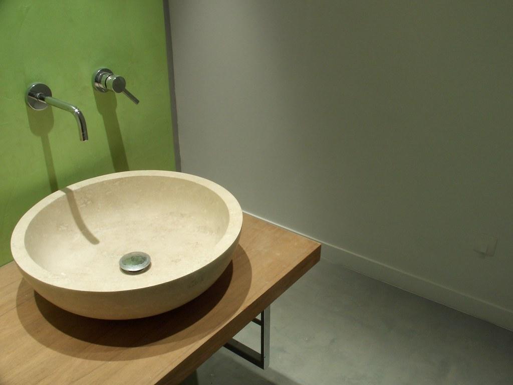 Sol et mur en enduit la r sine min rale salle de bain - Sol resine salle de bain ...