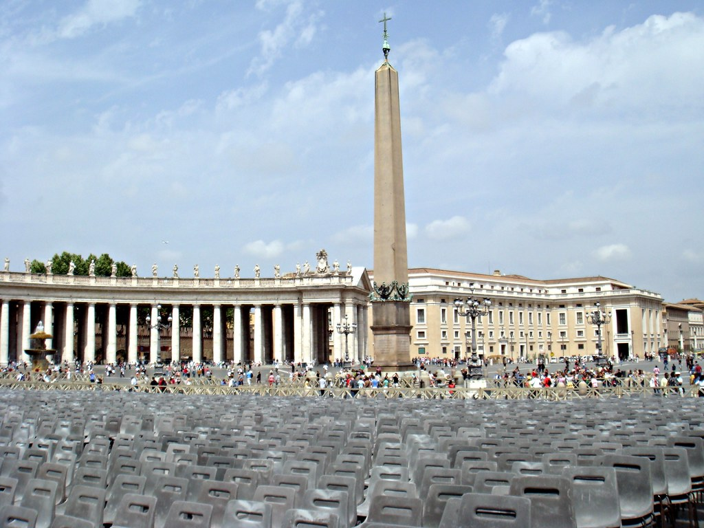 St. Peter's Square | The obelisk in the center of the square ...