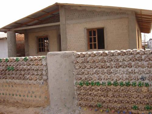 Casa de paredes de botellas de pl stico proceso de Modelo de viviendas para construir