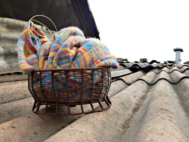 Свитер пятнистый из короткосекционной тонкой пряжи, новый способ обвязывания горловины | HoroshoGromko.ru