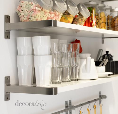 Estantes para almacenar el menaje un par de estantes for Organizar armarios cocina