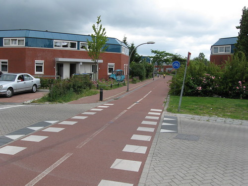 Right-of-way intersection with bike path in Lelystad | by spag85