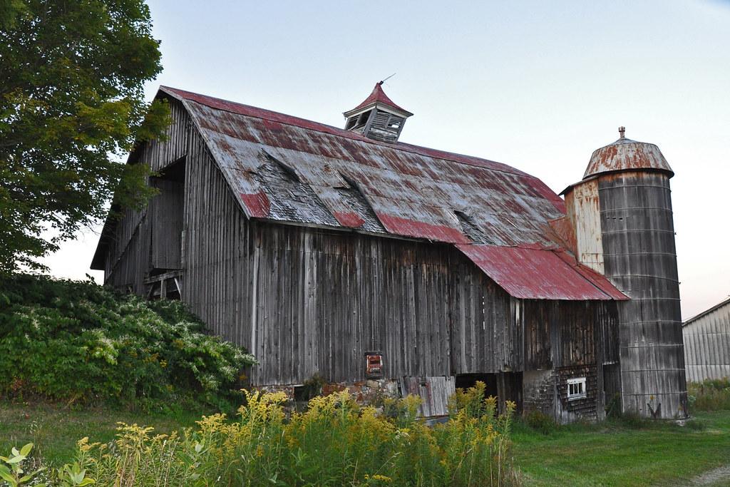 Vieille grange avec silo en bois vielle grange qui se for Grange bois en kit