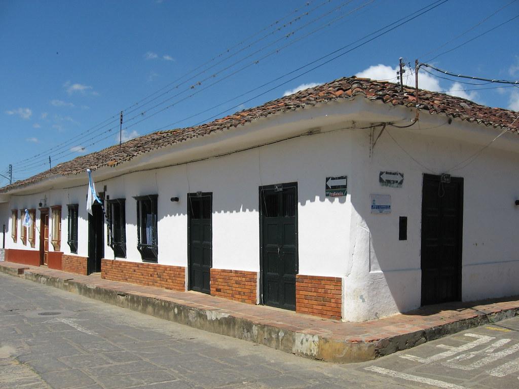 Casa colonial curit santander colombia en el parque for Casa colombia