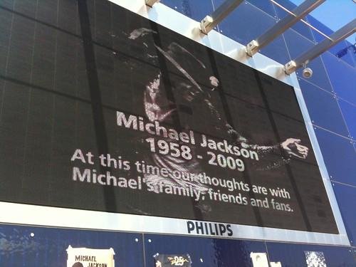 big screen at michael jackson memorial o2 arena london. Black Bedroom Furniture Sets. Home Design Ideas