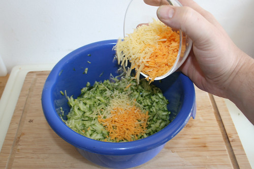 19 - Käse zu Zucchini geben / Add cheese to zucchini
