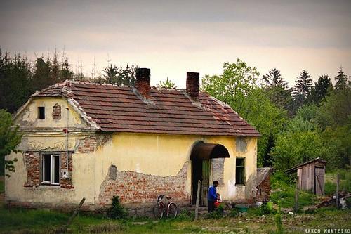 Casa pobre rural beira da ferrovia na hungria marco monteiro flickr - Casa rural en rupit i pruit ...