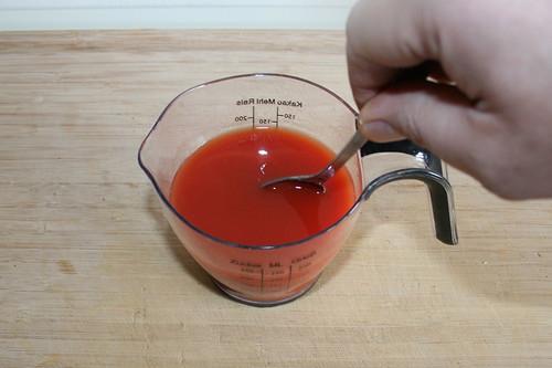51 - Tomatenmark & Weißwein gründlich verrühren / Mix wine & tomato puree well