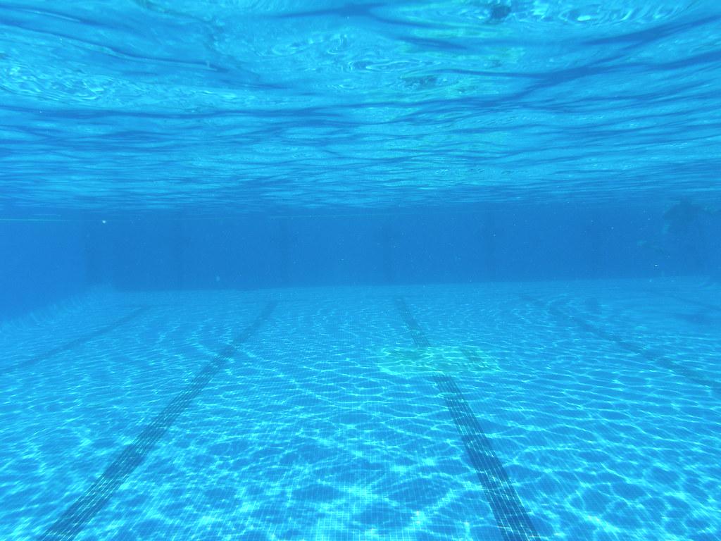 explorando el fondo piscina de tomares una foto bajo