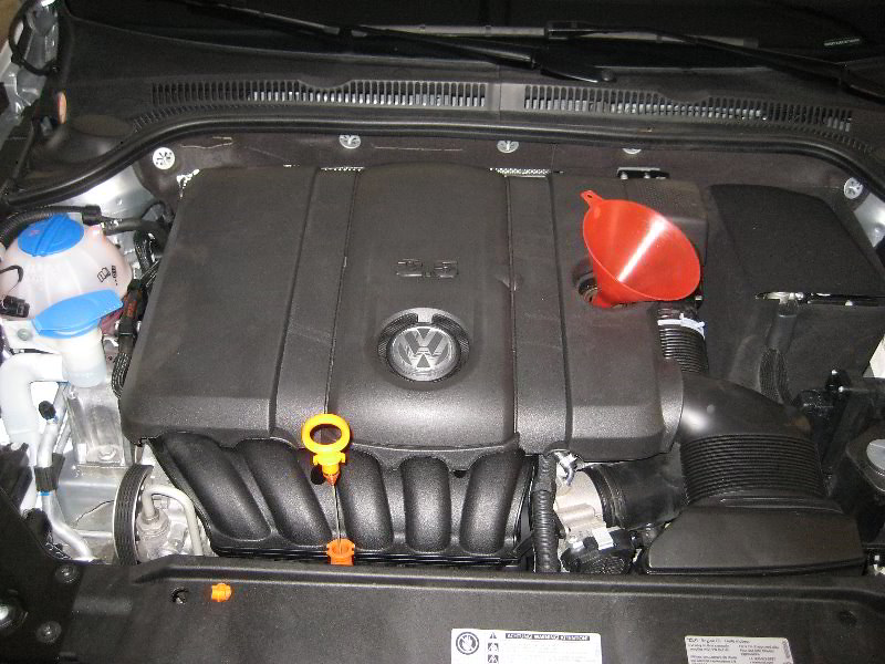 2012 Vw Jetta 2 5l I5 Engine Changing Oil Replacing Ca Flickr