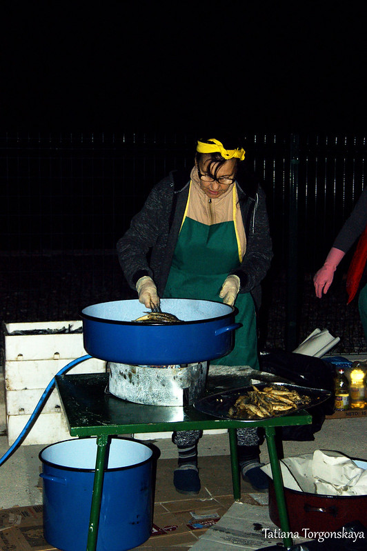 Приготовление рыбы на фестивале в Херцег Нови