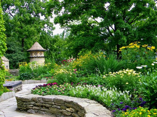 Garden walk the garden of the cotswold cottage in for Arboles y arbustos de jardin