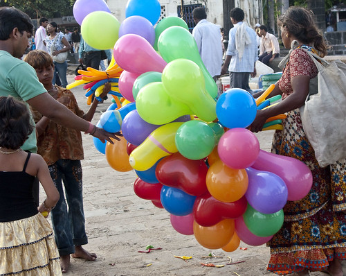 Buying a balloon in Mumbai | by Roland Bogush