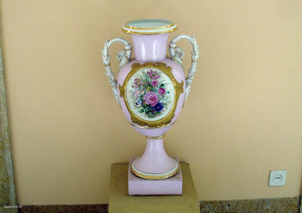 Superbe pièce en porcelaine, richement décorée