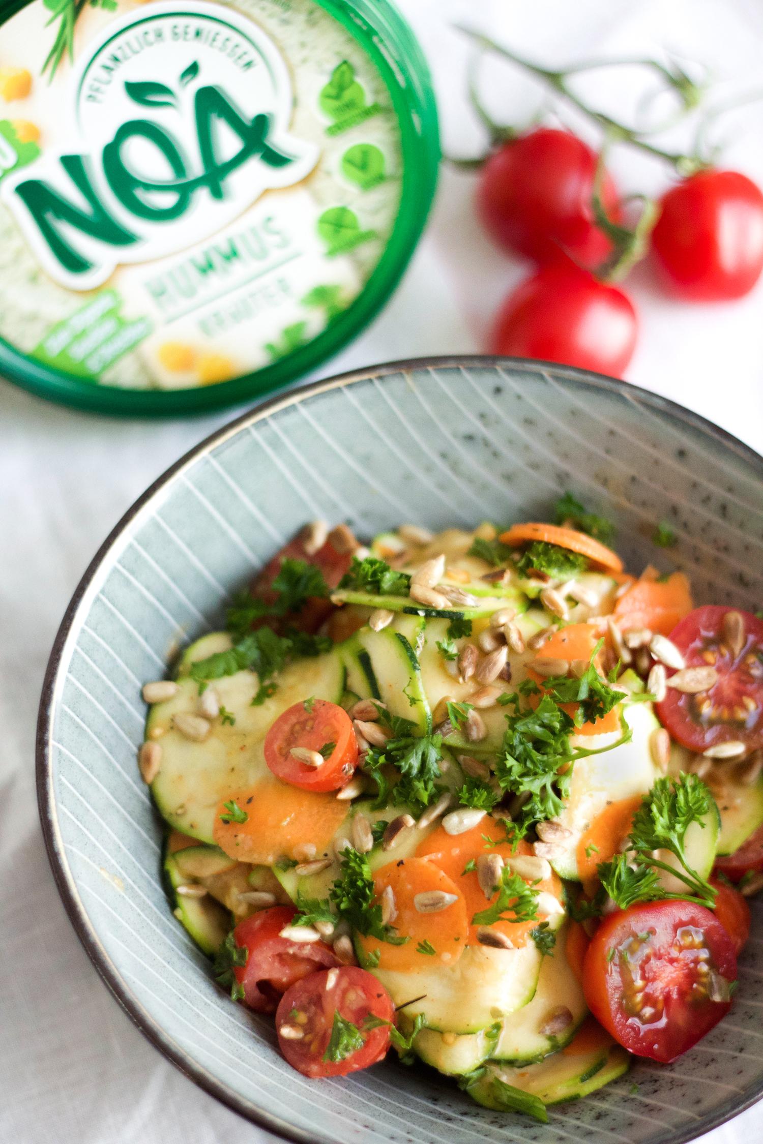 Zucchini-Salat-Kräuter-Hummus