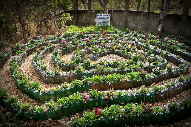 Jardim em espiral feito com garrafas pet  © Kenia de Aguiar Ribeiro