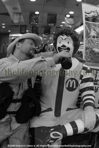 A man sitting down with Ronald McDonlad drinking beer. | by thecenterofthenet.com