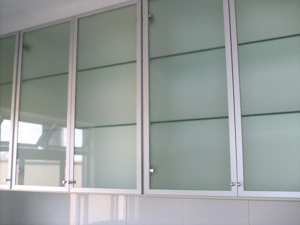 armário aéreo com portas em vidro cristiane pereira policeno  #505F59 1024x768