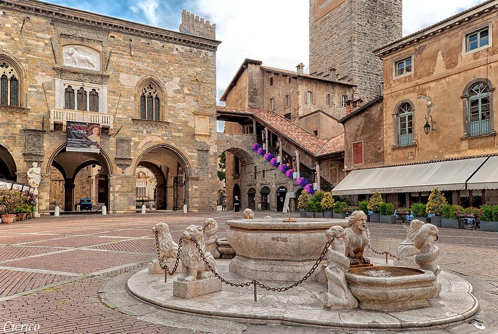 Bergamo, città alta - Piazza Vecchia:Fontana Contarini