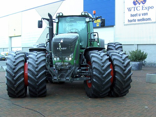 Huge fendt tractor frost on tires and windscreen you for Big tractor tires for free