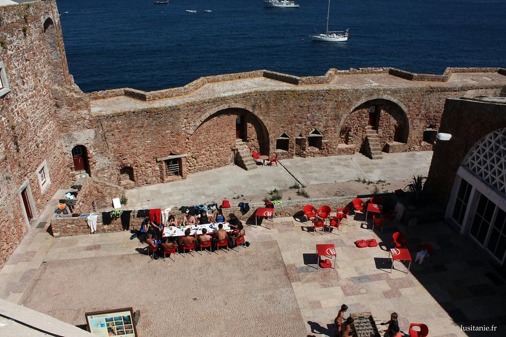 Au milieu du fort, les plongeurs se reposent devant une bonne assiette
