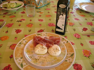 Mozzarella di bufala, prosciutto, black pepper and Biancolilla | by theoliveoilblog