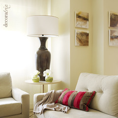 Una mesita auxiliar redonda a uno de los lados del sof - Mesita auxiliar sofa ...