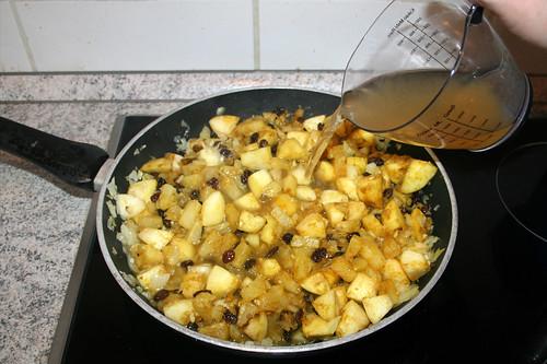 38 - Mit Hühnerbrühe ablöschen / Deglaze with chicken stock
