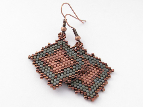 Earrings with rhombus pattern | by beademecum