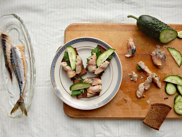 Готовим по Книге о вкусной и здоровой пище: Канапе с рыбой холодного копчения, пошаговый фоторецепт | Horoshogromko.ru