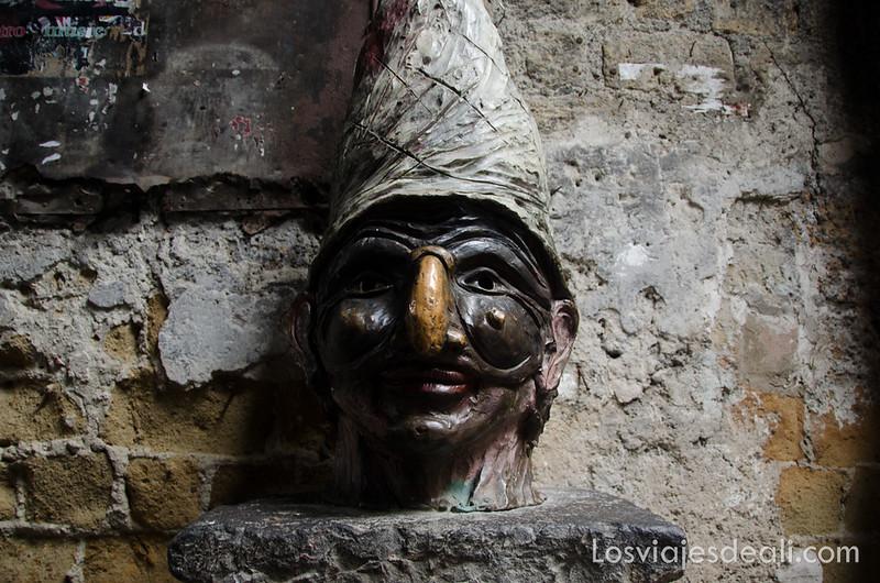 busto de Pulcinella paseos por Nápoles