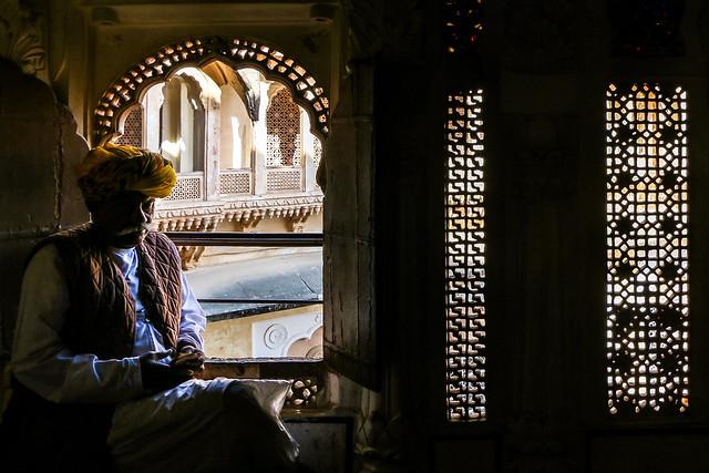A turbaned man in Mehrangarh Fort, Jodhpur, India ジョードプル メヘラーンガル・フォート ターバン巻いたフォート職員の男性