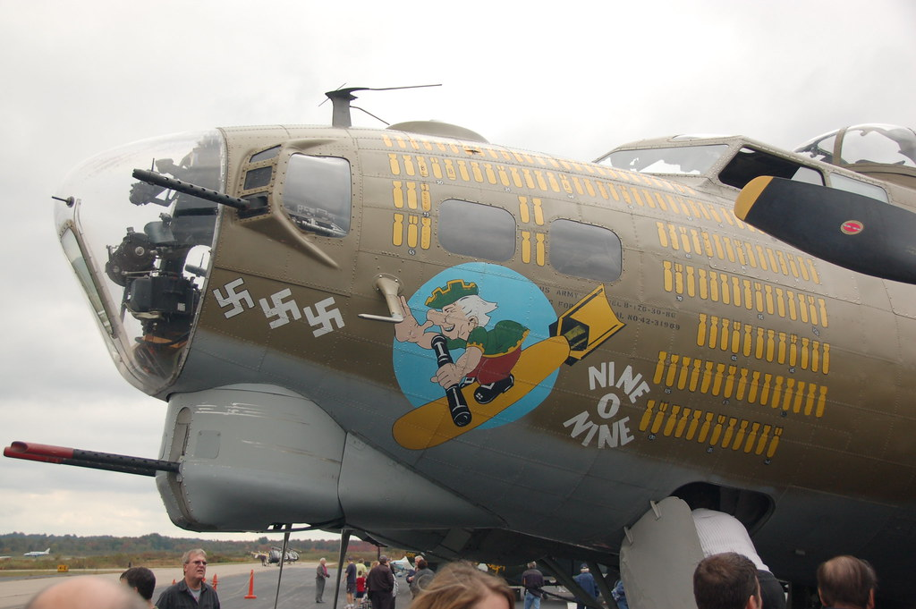 B 17 Flying Fortress Wallpaper Port (left) nose of th...