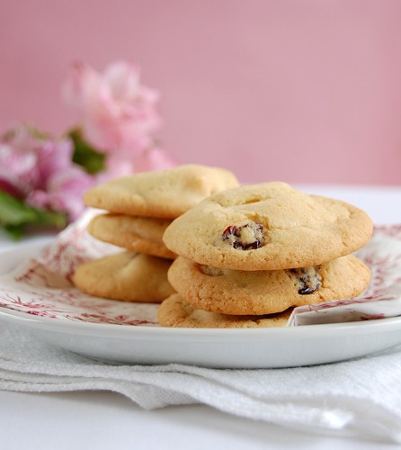 White chocolate cherry cookies / Cookies de cerejas secas e chocolate branco | by Patricia Scarpin