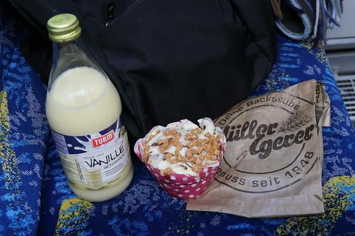 Milchmischgetränk mit Vanillegeschmack zu Karamellmuffin von der Bäckerei und Konditorei Müller und Egerer im HBF Oldenburg (auf Zugfahrt zurück nach Osnabrück)