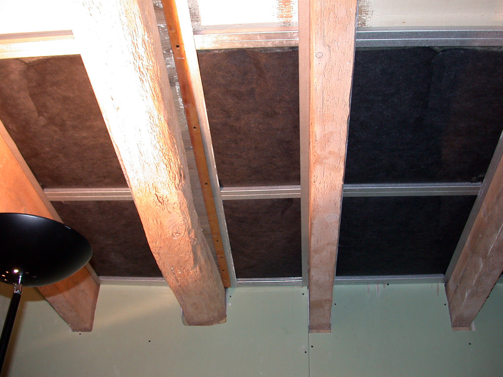 9 septembre 2004 - Isolation phonique du plafond de la sal ...