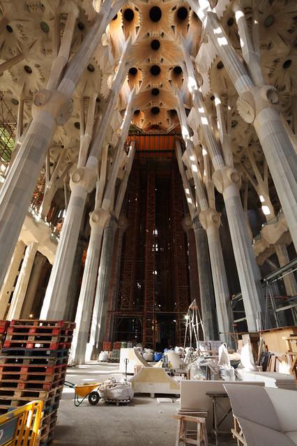 Inside gaudi 39 s la sagrada familia inside the main for La sagrada familia inside