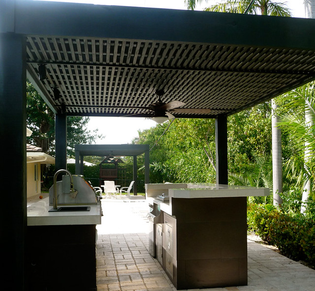 Outdoor-kitchen-built-in-grill