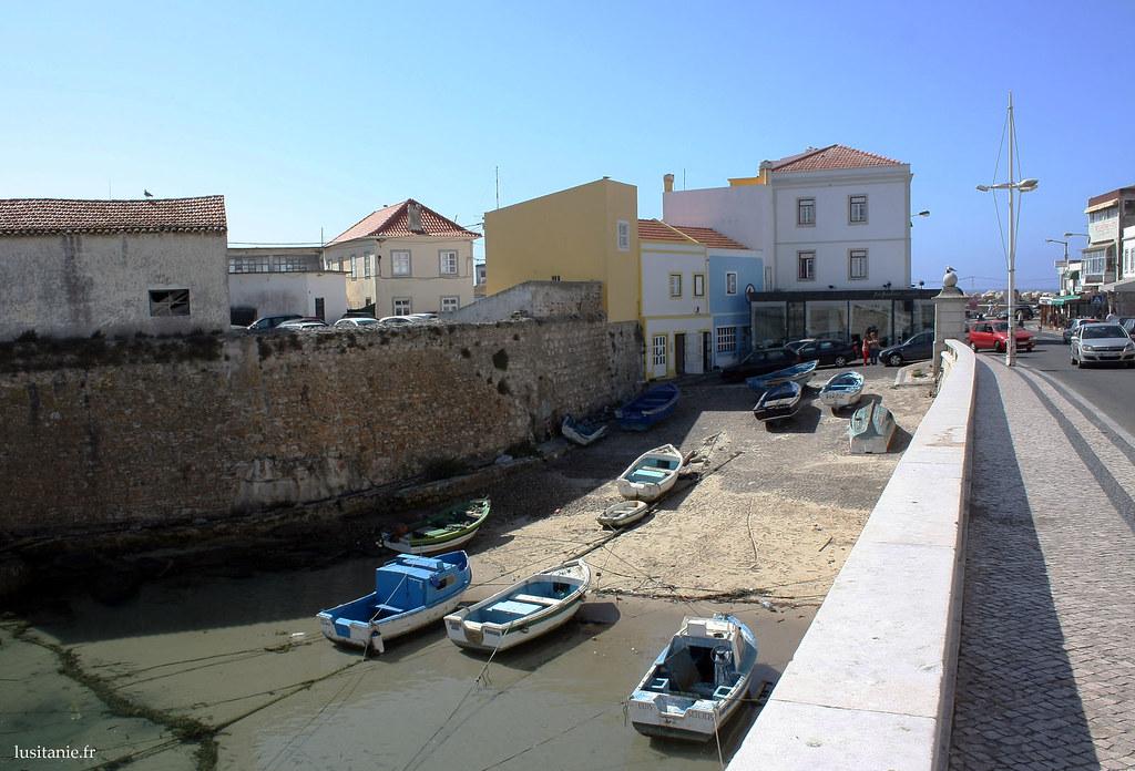Petit port, avec des bateaux tout simples