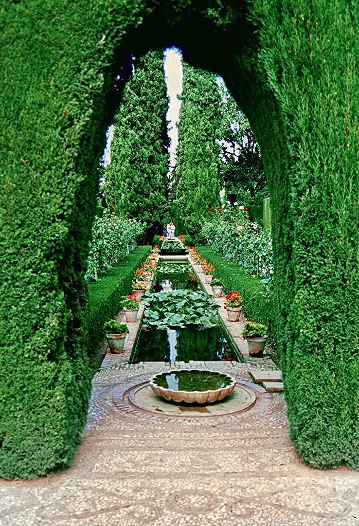 Palacios de la alhambra granada jard nes bajos de el ge for Jardines de gomerez granada