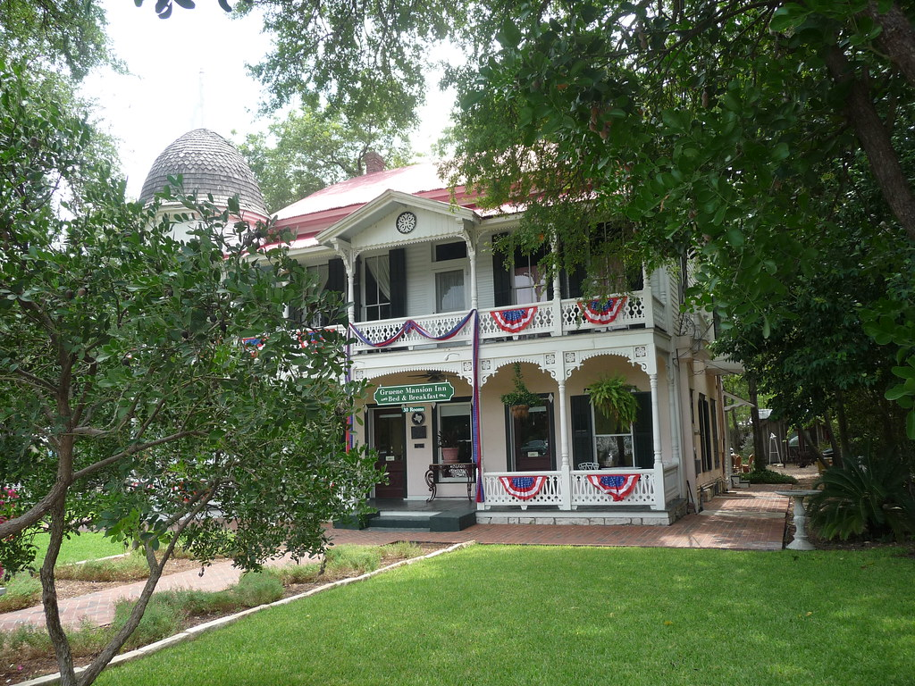 New braunfels bed and breakfast gruene mansion inn bed for Cabins near whitewater amphitheater